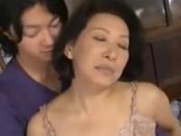 息子とのセックスで色っぽく乱れるお母さん