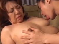 思春期の息子に迫られて性欲処理をさせられる母親
