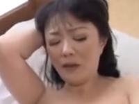 スケベすぎる母親の身体をパンパン突き上げる息子