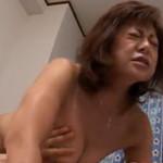 息子の精液を搾り取る五十路の垂れ乳お母さん
