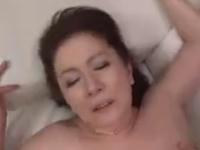 若い男とのセックスに喘ぎまくるおばさん二人