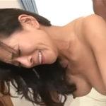 外国人の大きな男性器を膣に咥え込んで喘ぐ日本人熟女