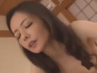 熟れた細い身体で巨根を受け入れる熟女の夜の営み動画