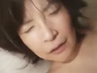 熟女の膣が男根に絡みつく!激しいセックスで喘ぐ巨乳のおばさん