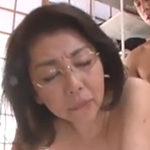 眼鏡の熟女とセックス!五十路の女教師が教え子に中出しされる