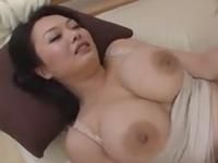 巨乳とムチムチの豊満ボディが息子を誘惑して膣内射精させてしまう