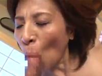 六十路熟女のフェラチオで口内射精!息子の友人とセックスまでしてしまう還暦熟女