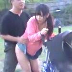 ベビーカーを押すミニスカの若妻を立ちバックで犯してみたい