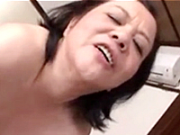 50代の母が獣と化して息子の上で大暴れする近親相姦