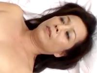 五十路熟女が膣を締めつけて最後の一滴まで膣内に射精させる