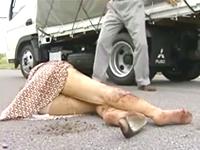 車で撥ねた女をひと気の無い場所に連れ込んで中出しレイプ