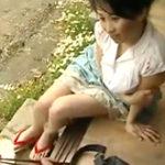 郵便配達員と激しい不倫セックスに溺れる巨乳の熟女