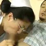 インテリ眼鏡の熟女看護婦が男性患者のペニスに貪りつく