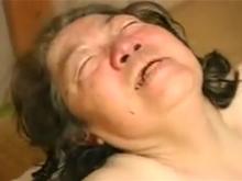 60代のおばあちゃんが白髪交じりの髪を振り乱してセックスで悶絶