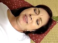 畳と座布団の上でやらしく悶えて喘ぐ50代のおばさん