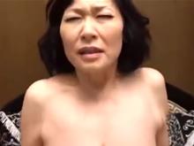 垂れた巨乳が超良い感じの六十路のおばさんに濃厚精液を注ぎ込む