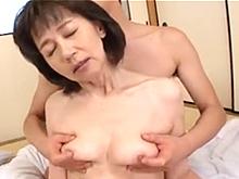 可愛いおばあちゃんを手マンでお汁まみれにしてから膣内射精