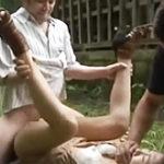 美人妻を野外で輪姦!チンピラ集団に精液を注がれ続けるアラサー熟女