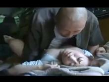 嫁とカーセックスしてたら地元民に襲われて寝取られた!弾む車を眺めるおじさん