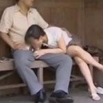 近所の奥さんとバス停で遭遇…超自然な流れで野外で不倫してしまう既婚者の男女