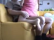 パジャマワンピースの人妻が旦那の上にまたがり対面座位でズボッと挿入