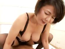 40代の熟女が卑猥な下着の実演販売に挑戦したら欲情させてしまい中出し性交
