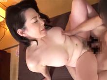 五十路の風俗嬢が感度良好な性感帯を刺激されて嬉しそうに本番セックス