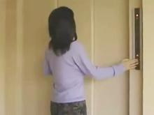 不倫相手は近所のおばさん 出社する夫を見送った人妻をすぐにハメる興奮