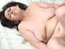 垂れた巨乳に弛んだ腹肉…ぽっちゃり熟女の肉感たっぷりエロス