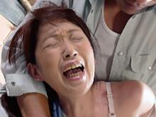 昭和のおばさんが男に襲われるリアルな現場で強引にねじ込まれる肉棒