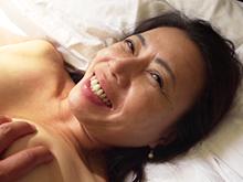 40代後半の魅力がたっぷり!48歳の肉食系巨尻妻と着衣セックス