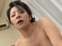 久しぶりのセックスでとろけるような表情を見せる熟女