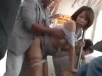 電車内で40代の人妻らしき女性が痴漢にハメられてた