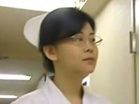 看護婦長という熟女好きにはたまらない肩書のおばさんを輪姦