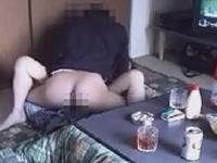 変態親子の生々しい近親相姦現場 眠る父の隣で母と性行為している息子