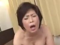 母の裸体に欲情した息子の巨根が熟女の膣内に精液をぶちまける