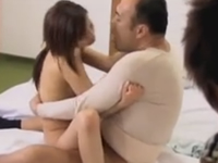 近所のおじさんたちと子作りする人妻!膣から溢れる男たちの精液
