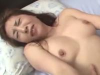 素人の熟女が汗だくのセックスで感じまくりながら中出しされる