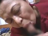 友達のおばあちゃんとセックスすることに成功した高齢熟女フェチの若者