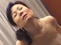 50代の美乳おばさんがご無沙汰セックスでやらしく悶える