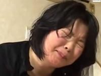 息子にレイプされそうな顔をした五十路熟女の近親相姦強姦