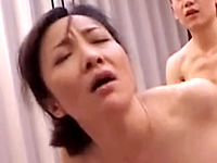 母子相姦に酔いしれる五十路の母がセクシーな表情を浮かべて腰を振る