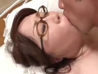 眼鏡の子持ちおばさんが五十路の豊満体型を晒して初撮り