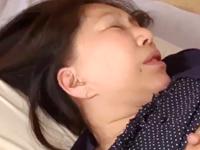 恥ずかしそうにイカされる巨乳の還暦おばさんに膣内射精