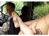 車の後部座席で妻が他人に寝取られて中出しされてました