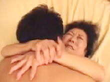 七十路の高齢おばあちゃんが若い男にしがみつきながら「イグゥ…」と呟いて絶頂