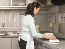 キッチンに立つ隣の奥さんに欲情…欲求不満な匂いを漂わせる五十路妻は一瞬で落ちた