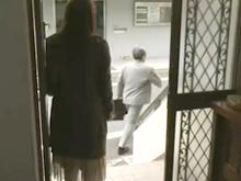 出張へ向かう旦那を見送った人妻は股間を念入りに洗い自宅に男を連れ込んで不倫