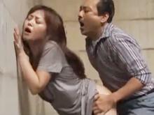 夫が入浴中に外出する人妻は危険!?買い出しに行くふりをして野外で立ちバックしてる奥さん