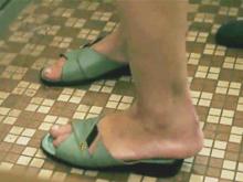 立ちバックで揺れる熟女の足がセクシー…五十路の母が親子の一線を越えて自宅で交尾